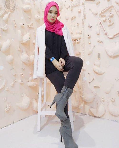 "My friday be like.. ""rrrgghh ada2 aja nih laptop gak bisa nyala segala, gimana mau blogging and editing.. aiggoooo jungmal! 😢"" . Ni laptop kayanya tau aaja bentar lagi ada yg mau bday wkwk, ya gak boss @rifkibahri 😋 . . . . #simplycovered #hijabstyle_lookbook #hijabfab #hijabwear #chichijab #hijabdaily #makeupuntukhijab #hijabmakeup #muahijab #setterspace @setterspace @clozetteid #clozetteid #beautychannelid @beautychannel.id @beautybloggerindonesia #beautybloggerindonesia @tampilcantik.ind #tampilcantik"