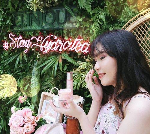 My New skincare crush 🙈💖. . . Lets keep our skin hydrated all day~ 💖 . . . . . . . . . . . . . . #cliniqueid #clozetteid #clinique  #stayhydrated #moisturesurge #mua_underdogs #makeupindonesia #makeup #tampilcantik #makeuptips #skincare #skincareroutine #indobeautysquad #beautybloggerindonesia #indobeautygram