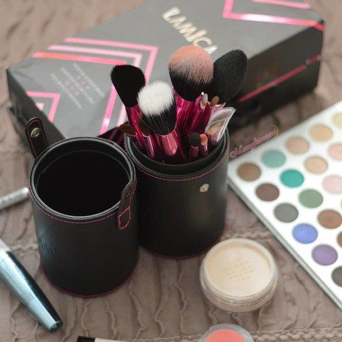 Salah satu alat tempur cewek sebelum makeup yaitu Brush. Waktu awal belajar makeup dulu tuh, saya sama sekali nggak peduli sama yang namanya brush kualitas bagus atau brush kualitas biasa. Toh rasanya sama aja. Tapi makin kesini tuh tambah ngerti dan memang sudah ngerasa bedanya brush yang kualitas bagus dan kualitas yang biasa aja. Misalnya saja nih brush dengan kualitas yang bagus akan sangat baik ketika memblending sesuatu atau yang kalau kamu gunakan bisa awet dan tahan lama. Nggak seperti brush kualitas biasa. Yang baru setahun dipakai gagangnya udah copot terlempar pas kamu pakai. Btw, kalau kamu milih mana? Brush murah dengan kualitas yang biasa-biasa aja atau brush mahal dengan kualitas yang bagus tapi awet? ⭐@Indobeautygram @mksvidgram @ragam_kecantikan @tampilcantik #IndoBeautygram #RagamKecantikan #TampilCantik #IBB #TutorialMakeup#MakassarBeautyGram #MksBeautyGram #BeautyBloggerMakassar #BeautyContentCreatorMakassar #BeautyEnthusiastMakassar #BeautyInfluencerMakassar #BeautyVloggerMakassar#BloggerMakassar#VloggerMakassar#ContentCreator#ContentCreatorMakassar#ClozetteId#Clozette