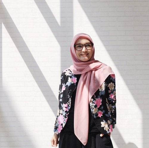 Life is a question and how we live it is our answer - Gary Keller - . . 📍Student Center GTM Margonda 2 📷 @imawan_ . . #ellynurul #ootdellynurul #styleinspiration #hijab #hijabstyle #lifestyleblogger #ootdhijab #clozetteid #hijabfashion