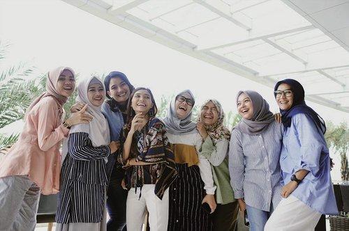 """Mom Inspiring 2019..Memperingati hari Kartini tahun ini dengan menyaksikan 35 moms berprestasi dalam kegiatan """"Mom Competition"""" yang digagas oleh @pesonasquareid dan @mothersonmission.id __Semua peserta terpilih memiliki prestasi yang beragam, namun dewan juri harus memilih 3 peserta yang berhak mendapatkan gelar """"Mom Inspiring 2019.__Tugas para dewan juri tidaklah mudah, semua peserta memiliki prestasi dan keahlian yang berbeda-beda. Selamat kepada seluruh pemenang, dan teruslah berkarya dan menginspirasi..#pesonaxmom #momlife #momfluencer #lifestyleblogger #mominspiring2019 #bloggerperempuan #clozetteid #clozette"""