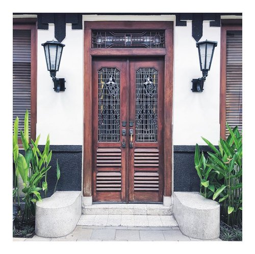 The door to weekend has officially opened. Have a good one 👋🏼••#TheJackieOfAllTradesBlog #bloggerindo #ihavethisthingwithdoors #gramslayers #shotzdelight #moodygrams #visualtraveller #justgoshoot #thepeoplescreatives #globe_visuals #visualambassadors #thecreatorclass #dametraveler #prettycities #bitsofbuilding #takemethere #livefolk #passionpassport #thevisualcollective #hello_worldpic #visualsofearth #createexplore #beautifulmatters #lifestyleblogger #bloggervibes #liveunscripted #visualcrush #theeverygirl #liveauthentic #clozetteid