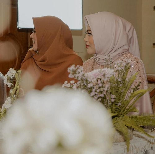 Like Mama Like Daughter 💕 #VannyGotAPie #RoadTWOtheAisle .Attire by @risnayustiani Makeup by @byvannisa Nails by @dashingdiva_official @hicharis_official Hantaran by @cameoframe Photo n Decor by @ omahbiru_ph Edited by @vannysariz ..#clozetteid #clozetteambassador #engagementpartyideas
