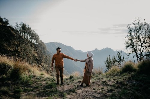 When each day is the same as the next, it's because people fail to recognize the good things that happen in their lives every time the sun rises.-The Alchemist...#clozetteid #storytellingphotography #preweddingphoto #prewedding #kinfolklife #kinfolk #preweddingbromo #bromoprewedding #sbybeautyblogger  #hijabbloggerindonesia #surabayainfluencer #surabayablogger #influencersurabaya  #bloggerid #훈녀 #훈남 #팔로우 #선팔 #맛팔 #좋아요 #셀카#셀피 #셀스타그램 #얼스타그램 #일상