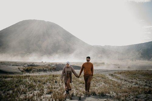Lifes is journey to find the people weird like you 😒...#clozetteid #storytellingphotography #preweddingphoto #prewedding #kinfolklife #kinfolk #preweddingbromo #bromoprewedding #sbybeautyblogger  #hijabbloggerindonesia #surabayainfluencer #surabayablogger #influencersurabaya  #bloggerid #훈녀 #훈남 #팔로우 #선팔 #맛팔 #좋아요 #셀카#셀피 #셀스타그램 #얼스타그램 #일상