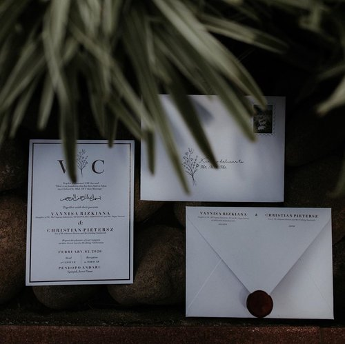 We are in Love and we want everyone to know it 🍃Invitation Design by @awahita.studio Bridesmaid Hampers by @awahita.studio Wedding Favors by @awahita.studio Photo & Video by @nuansa.image #VannyGotAPie #BerDUASelamanya #RoadTWOtheAisle ..#clozetteid #weddinginvitation #undanganpernikahan #souvenir #bridesmaidhampers