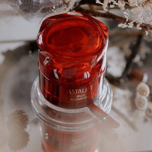 Just tryin this newest product from @astalift_indonesia @clozetteid ❤️Produk Astalift Jelly Aquarysta yang baru mengandung tambahan 10%Ceramide dan bersifat antioksidan yang lebih kuat dengan menggunakan ekstrak Asenyaku.Ini pertama kalinya aku mencoba produk dari @astalift_indonesia .. Dan aku sudah share pengalamanku menggunakan produk ini selama seminggu kemarin di blog aku #vannysarizdotcom..#clozetteid #AstaliftXClozetteID #AstaliftIndonesia #BeautyisScience #NewJellyAquarysta #ClozetteIDReview #sbybeautyblogger #hijabbloggerindonesia #surabayainfluencer #surabayablogger #influencersurabaya  #bloggerid #훈녀 #훈남 #팔로우 #선팔 #맛팔 #좋아요 #셀카#셀피 #셀스타그램 #얼스타그램 #일상  #jakartabeautyblogger #bloggerjakarta