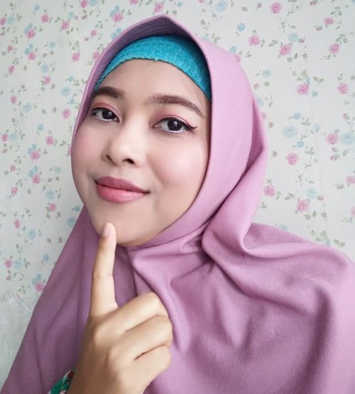 Setelah sembilan bulan kemana-mana gak pakai makeup. Sekarang mulai berani dan gak malas karena udah mulai rajin skincare-an 😁Soalnya kalau rajin makeup tapi malas skincare, kulit wajah jadi gak karuan. Ya iyalah, soalnya malas bersihin hihihi. So, makeup of the day buat jalan ke rumah teman sekaligus tadi take video sebentar. Happy weekend semuanya....Product : Face : Sunscreen @skinaquaidChushion shade caramel @eminacosmeticsBedak @wardahbeautyBlush on @wardahbeautyFacemist @natur_e_indonesiaEye :Eyebrow @justmiss_idEyeshadow @makeoveridEyeliner @wardahbeauty & @maybellineLip: Lip balm : @vaselineidLipstik @makeoverid..#clozetteid #makeupoftheday #ivoniedandan #makeuplook #malangbeautyblogger #malangbeautyinfluencer