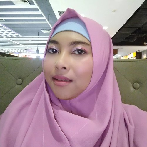 Pilihan warna hijab kalau gak biru, ya pink.Begitu juga dengan pilihan make up look biasanya menyesuaikan dengan hijab yang dipakai. Paling sering sih bermain sama warna pink tapi masih soft gitu. Ya walau skill make up saya gitu-gitu aja 😂Apalagi urusan eyeshadow, pokok rata. Soalnya kalau ngeblend lama yang nungguin keburu manyun hahaha. Kalau pakai eyeshadow, kalian tim kuas apa tim jari? 😁 ....#Clozetteid #makeuplook #emaktjantik #hijabersbeautybvlogger #malangbeautyblogger