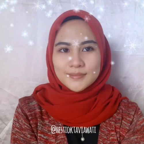 Heyhoiii....Buat kalian yang suka warna bibir yang ala-ala atau disebut ombre, ada tutorialnya nih 3 look jenis ombre tapi look 1 & 2 hampir mirip karna kamera dan cahaya nya yang tidak memadai tp semoga kalian suka ❤Jangan lupa pakai lip balm dulu ya biar bibir ga kering.Komen dong suka look yg ke berapa ? 💋LOOK 1🍂 @fanbocosmetics perfect pairs lip & Cheek shade 02 Playfull kiss🍂 Fanbo perfect pairs lip & Cheek shade Romantic Red 💋LOOK 2🍂@goban lip matte shade solo🍂 @getthelookid rouge signature shade 114 I Represent 💋 LOOK 3🍂 @getthelookid rouge signature 103 I Enjoy🍂 @gobancosmetics lip matte shade solo 🎶 Axwell - More Than You Know📷 Samsung A50Editing : FilmoraGo#homakeupstory #ombrelips #videotutorial #ombrelipstutorial #tipsandtricks #tipskecantikan #tampilcantik #vlogger #clozette #clozetteid #tutorialombrelips