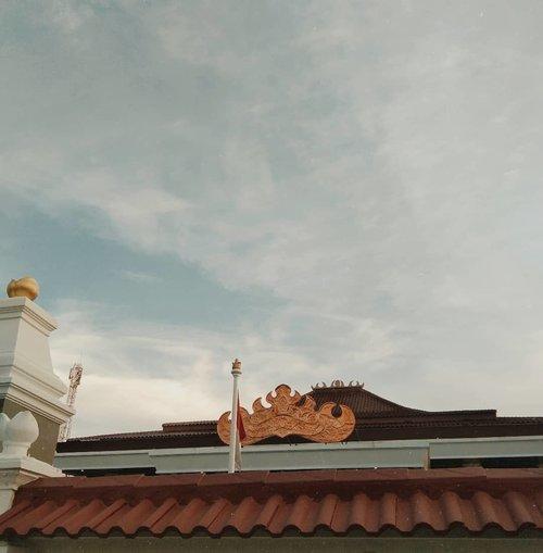 Ada beberapa hal yang bisa diambil dari perjalanan singkat ke Lampung kemarin itu.1. Setiap bangunan selalu terdapat siger (?) di atasnya, entah sederhana atau mewah. Katanya sih peraturan daerahnya begitu, ini keren sih.. soalnya ini tanda bahwa kita harus mengingat kebudayaan leluhur di setiap aktifitas.2. Pempek Lampung rasanya enak. Enak banget malah, apalagi gratis. #SobatOportunis3. Suasana kota yang tidak seramai di Bandung bikin nyaman tapi sekaligus creepy. Hehe monmaap anaknya cemen emang.Walau singkat, tapi aku ga kapok buat ke Lampung lagi. Khususnya untuk pempek.#Clozetteid #lampung