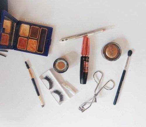 Hari ini aku pergi keluar kota soalnya besok aku harus dateng ke nikahan sodara aku. Nah ini dia sebagian makeup yang aku bawa, yuk liat semua makeup yang aku bawa dan baca juga alasan kenapa aku bawa makeup2 ini. Kaya biasa yaa linknya di bio💜 . . #clozetteid #makeup #eyeshadowinez #milanistayputbrow #maybelline #wardaheyeliner #wardah #beautiesquad