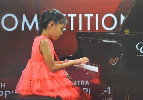 "<div class=""photoCaption"">Bermain musik adalah salah salah satu hobby anak saya Philia Christabella. <br /> Dari sejak kecil, sudah terlihat bakatnya dengan banyak menghafal lagu-lagu dan menyanyikannya dengan nada dan irama yang benar. Sebagai seorang Ibu, saya ingin bakat anak saya ini dapat dikembangkan dan diarahkan dengan semaksimal mungkin dan dengan cara yang benar. Karena itu sejak usia 4 tahun saya mulai memberikan kursus musik yang disesuaikan dengan usianya. Saya sangat mendukung Philia untuk dapat berkembang di bidang musik. MENGAPA? Karena  saya tahu dengan pasti bahwa musik sangat berperan penting bagi perkembangan IQ (Intelligence Quotient), bagi manusia, khususnya musik klasik, terutama bagi anak-anak.<br /> Musik merupakan bahasa yang universal, karena musik mampu di-mengerti dan dipahami oleh setiap orang dari bangsa manapun di dunia ini.<br /> Selain itu, musik juga mempunyai peranan yang sangat penting dalam perkembangan kedisiplinan dan karakter anak-anak dalam usia dini.<br /> Tanpa musik hidup akan terasa hampa, sepi, sunyi... Sumber: <a href=""http://kuliah-seni.blogspot.co.id/2013/09/pengaruh-musik-dalam-kehidupan.html"" class=""pink-url""  target=""_blank""  rel=""nofollow"" title=""http://kuliah-seni.blogspot.co.id/2013/09/pengaruh-musik-dalam-kehidupan.html"">http://kuliah-seni.blogspot.co.id/2013/09/pengaruh-musik-dalam-kehidupan.html</a><br /> <br />  <a class=""pink-url"" target=""_blank"" href=""http://m.clozette.co.id/search/query?term=BedaAnakBedaPintar&siteseach=Submit"">#BedaAnakBedaPintar</a>  <a class=""pink-url"" target=""_blank"" href=""http://m.clozette.co.id/search/query?term=JadikanPintarnyaBersinar&siteseach=Submit"">#JadikanPintarnyaBersinar</a>  <a class=""pink-url"" target=""_blank"" href=""http://m.clozette.co.id/search/query?term=ClozetteID&siteseach=Submit"">#ClozetteID</a><br /> <br /> Yuk ikutan juga @devykusdinar @vonnymly @tabita_r</div>"