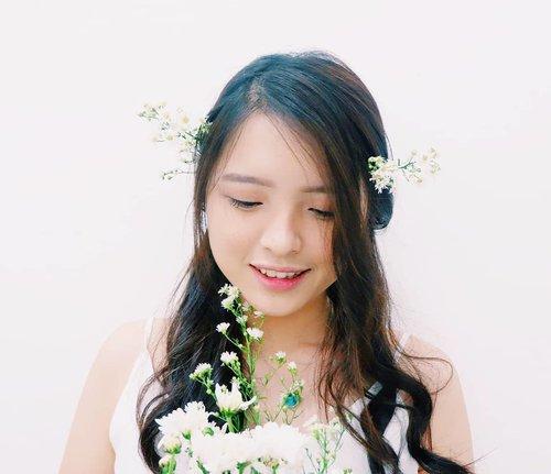 "July 14, 2019I love flowers, especially the white one. Aku suka banget bunga"" kecil berwarna putih bersih. Cute and meaningful.And here I am, fulfilled with joy when I knew that @mamondeindonesia will launch at Sephora Stores Indonesia and Shopee Official Shop this 18th July ! Wohoooo ~Getting so excited ! How about you ? Jangan lupa follow @mamondeindonesia biar tau info menarik lainnya. hihi ❤#MamondeIndonesia #FlowerEnergy"