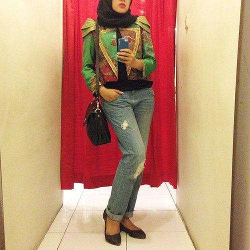 KSATRIA Hyena jacket by #dianpelangi  Jeans #zara Scarf #dianpelangi from @inda_widiana  #outfitoftheday #wiwt #whatiworetoday #lookoftheday #lookbook #lookbookNU #hijabi #hijabers #hijabstyle #hijabfashion #ClozetteID