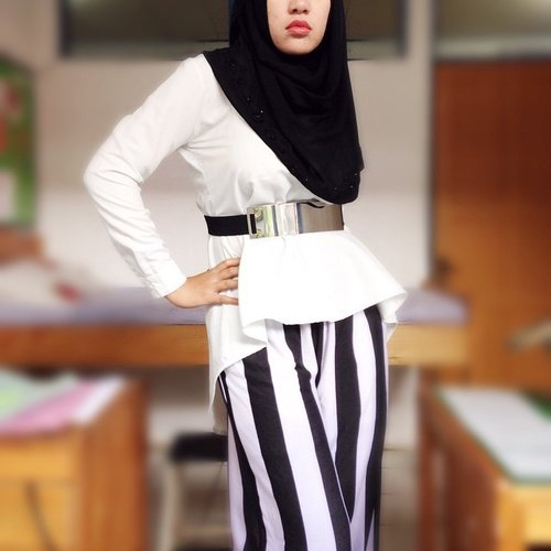 STRIPED. Tube pants from #dianpelangi  #ootd #outfitoftheday #wiwt #whatiworetoday #lookoftheday #hijabi #hijabers #hijabstyle #hijabfashion #workingoutfit #moslemfashion #lookbook #lookbookNU #ClozetteID #stripes #white #dianpelangi #dailyoutfit