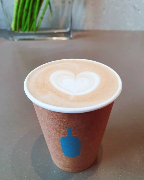 .In a world where you feel coldYou gotta stay gold ☕ @bluebottlecoffee_korea.Waktu di Gangnam mampir ke tempat ini yang pernah di review @rufusazarya pas banget cuaca lagi dingin-dingin nya, coffee shop nya lumayan ramai antrian walau begitu service mereka lumayan cepat :).#timetravel #ktoid #akudankorea #bluebottlecoffee #bts #staygold #samasamadirumah #dirumahaja #socialdistancing #selfquarantine #coronavirus #workwithhappy #playwithhappy #neverstopplaying #dearbeautylove #clozetteid #loveyourself #speakyourself #neverafraid #changedestiny #daretobedifferent #borntolead #ajourneytowonderland #july #2020