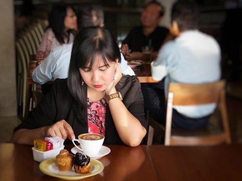 Antara kopi dan wine punya effect yang sama untuk menghangatkan tubuh di cuaca yang sekarang sudah mulai musim hujan, kalau kopikiran kamu mungkin beda lagi effect nya ~ . Anyway happy international coffee day love ! . ☕️@bakerzinjkt 📸@jesfridalfa #wheninbakerzin #bakerzin #bakerzinjkt #bogagroup #coffee #coffeetime #coffeeshop #coffeelife #cruffin #cravinforcruffin #internationalcoffeeday #food #foodie #foodporn #foodgasm #foodenthusiast #eatwithhappy #eatwell #workwithhappy #eatwithhappy #playwithhappy #playwithstyle #neverstopplaying #clozette #clozetteid #ajourneytowonderland #like4like #september #2017