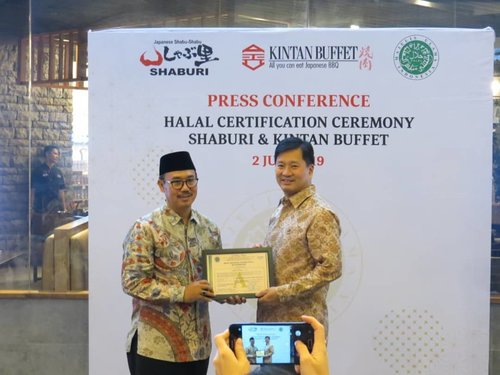 Press Conference Halal Certification Ceremony @shabu_shaburi @kintanbuffet Alhamdulillah sekarang pecinta shabu-shabu dan grilled khusus nya yang Muslim tidak perlu khawatir semua menu yang disajikan halal, see you there ! . #shaburikintanbuffethalal #shaburi #kintanbuffet #halalmui #halalshabu #halalyakiniku #bogagroup #workwithhappy #playwithhappy #neverstopplaying #dearbeautylove #clozetteid #zilingoid #foodies #foodporn #foodphotography #foodgasm #changedestiny #daretobedifferent #borntolead #ajourneytowonderland #like4like #july #2019