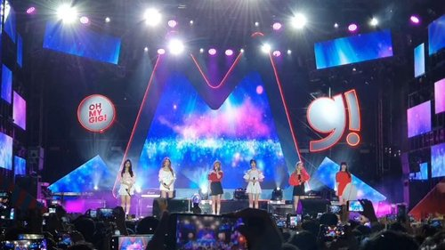 .안녕 Buddy, kali ini aku mau share fancam medley mini stage nya @gfriendofficial x @telkomsel mulai dari opening stage Fingertip sampai closing Time for the moon night mereka perform dengan happy walaupun kepanasan hihi.. Enjoy 🔮.Hopefully they will come back again 💜..#timetravel #gfriend #buddy #ohmygig #fangirling #gogogfriend #youdeservetobehappy #workwithhappy #playwithhappy #neverstopplaying #dearbeautylove #clozetteid #zilingoid #neverafraid #changedestiny #loveyourself #speakyourself #daretobedifferent #borntolead #ajourneytowonderland #december #2019