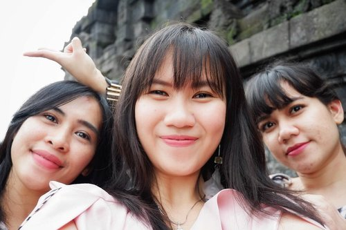 In the middle of them.#throwback #wheninjogja #explorejogja #timetravel #holiday #borobudur  #qualitytime #travelmate #popbelaootd #ootd #motd #ootdindo #workwithhappy #playwithhappy #playwithstyle #nomakeupmakeuplook #neverstopplaying #dearbeautylove #clozetteid #changedestiny #daretobedifferent #borntolead #ajourneytowonderland #like4like #january #2018