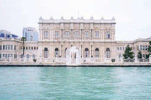 .Selain menikmati keindahan pemandangan di dalam kota, kalian juga bisa menikmati pemandangan sambil menyusuri Selat Bosphorus. Turki salah satu negara yang terbilang unik karena bisa menikmati keindahan Asia dan Eropa yang dipisahkan oleh selat Bosphorus yang menghubungkan antara Laut Marmara dan Laut Hitam.Jadi ingat semasa kuliah belajar zaman kejayaan Yunani sebelum era Byzantium dan Usmani, Bosphorus Istanbul Turki sudah menjadi bandar rempah yang ramai dan Selat Bosphorus menjadi saksi Al-Fatih saat menaklukkan Konstantinopel. Subhanallah jadi bukti nyata yang terlihat di mata bukan cuma dipelajari di literature perpustakaan :).#timetravel #wheninturkey #middleeast #bosphorus #byzantium #konstantinopel #hierapolis #pamukkale #ankara #konya #landscape #sky #middleeast #europe #winter #playwithhappy #neverstopplaying #dearbeautylove #ootd #clozetteid #loveyourself #speakyourself #neverafraid #changedestiny #daretobedifferent #ajourneytowonderland #withgalaxy #april #2021