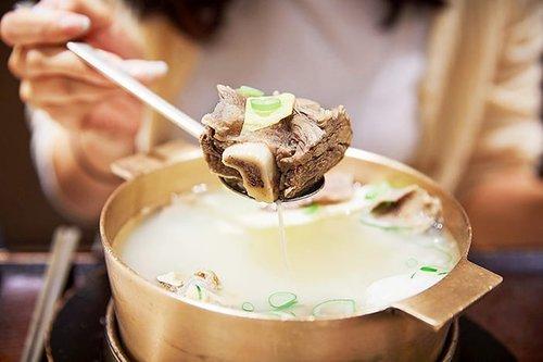 .Nah, kalau ini Galbitang !!Sup iga daging sapi juga sayuran yang direbus selama empat hingga lima jam untuk menghasilkan kaldu yang rasanya enak.Di Korea kaldu sapi galbitang dibumbui dengan minyak wijen dan kecap untuk rasa yang jadi favorit semua orang. Kalian bisa memakan daging langsung dari tulangnya, atau memotongnya dengan gunting lalu mencelupkannya ke dalam kecap sesuai selera 🤤🤤.#VisitKorea #ourheartsarealwaysopen #travelkorea #gyeonggido #timetravel #chuseok #koreanfood #galbitang #seoul #akudankorea #kekoreaaja #ktoid #wowkoreasupporters #workwithhappy #playwithhappy #neverstopplaying #dearbeautylove #clozetteid #loveyourself #speakyourself #neverafraid #changedestiny #daretobedifferent #ajourneytowonderland #like4like #september #2020