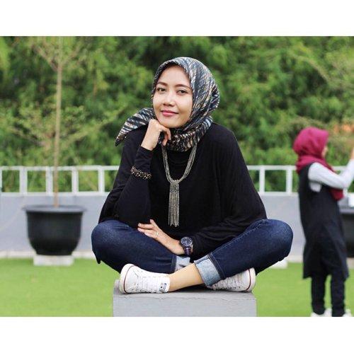 """""""Jika hidup ini terasa melelahkan,mungkin karena kita terlalu sibuk menjejalinya dengan uang dan barang, bukan dengan cerita dan cinta."""" - @adjiesantosoputro -Senyum saja dulu, siapa tau kamu bisa memunculkan cerita cinta, meski sekedar mengingat seseorang 😍😘......#msahidthoughts #starclozetter #clozetteid #emakblogger #indonesianlifestyleblogger #bloggerlife #hijabstyle #digitalmom #hijabdaily #msahiddiary"""
