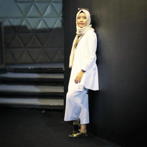 White & black is never wrong. Selamat pagi dari perempuan kuat ☺️😎....#Kuatitucantik #dapetinsemuanya #lifestyleblogger #emakblogger #starclozetter #clozetteid #momblogger #hijabers #hijabmom #hijabersindonesia #whiteandblack #moslemfashion #hijabfashion #ootd #whiteootd #ootdindonesia #hijabootd #hijabstyle #fashionstyle #fashionblogger