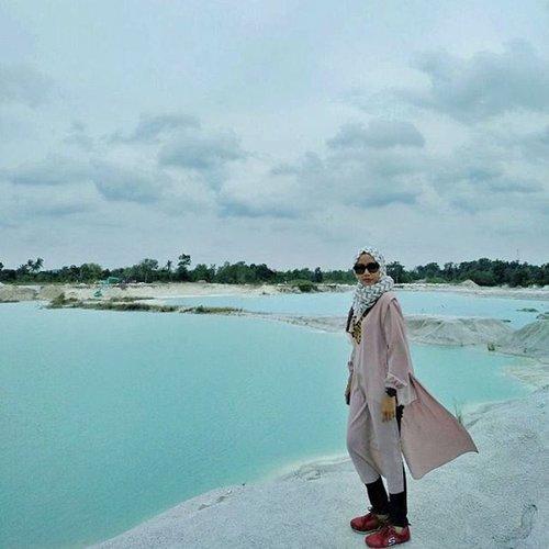 Salah satu keindahan di Belitung adalah, danau kaolin. Sayangnya, cuaca hari ini sedikit mendung, jadi warna yang muncul dari danau kurang pekat. ....📷@aya_bubunanindra#danaukaolin #Belitung #explorebelitung #pesonaindonesia #Jalan2Makmir #Travelgram #travellife #instatravel #travelmom #hijabtravel #travelhijabers #travelingindonesia #travelphoto #travelblogger #lifestyleblogger #emakblogger #starclozetter #clozetteid