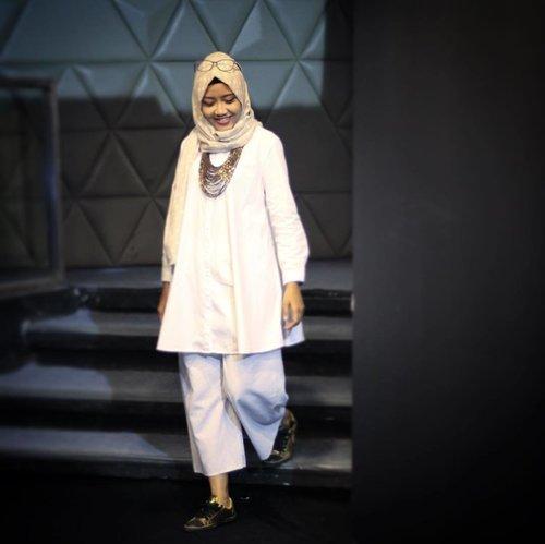 Morning rules!Pray and smile.... 🙏🏻😊....#instawomen #ootd #ootdindonesia #ootdhijabers #blackandwhite #starclozetter #clozetteid #lifestyleblogger #randomlifemom #workingmom #emakblogger #bloggerlife #momlife #womenlife #hijabers #hijabersindonesia #whitedress #instasmile #fashionmoslem #fashionstyle