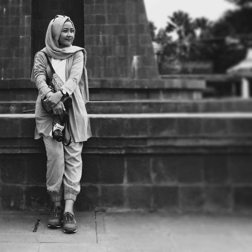 Smiling doesn't necessarily mean you're happy. It just means you're strong. Morning love!....📸 Ril #instasmile #morningsmile #smile #momlife #starclozetter #clozetteID #workingmom #womenlife #photobw #instabw #bwlife #bwgram #bwlover #bwindonesia #Lifestyleblogger #EmakBlogger #bloggerlife #momblogger #smilelife