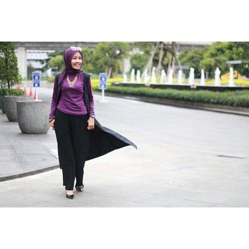 Tuhan menyempurnakan tubuh kita, salah satunya dengan kaki, agar kita terus melangkah, menapaki ruas jalanan yang tak pernah habis.  Kalau saja kamu pernah melihat teman atau sauadra kita dengan keterbatasan langkah, namun terus bergerak, lalu sudah sejauh mana kaki kita melangkah dalam menjalani ikhtiar kehidupan? . Tetap optimis dan berusaha!  Semangat pagi, All Love ❤️ . . . . 📸@travelerien #msahidstyle #hijabersootd #purplelover #emakblogger #starozetter #clozetteid #indonesianlifestyleblogger #hijabblogger #momlife #momstyle #hijabootdindo #smartmama #digitalmom #passionpreneur