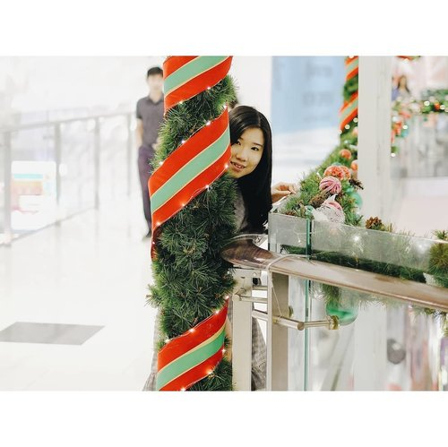 Peek a boo ヽ(^。^)ノ !Merry Christmas 🎄🎉By the waaayyy this pillar should be a candy cane but it doesn't fit my landscape template so... 🤷🏻.📸 @andrejul239..........#ClozetteID #ootd #potd #outfitoftheday #ootdindonesia #earlychristmas #christmas #white #goodvibes #goodvibesonly #positivevibes #chinese #girl #indonesian #blogger #beautyblogger #lifestyleblogger #latepost