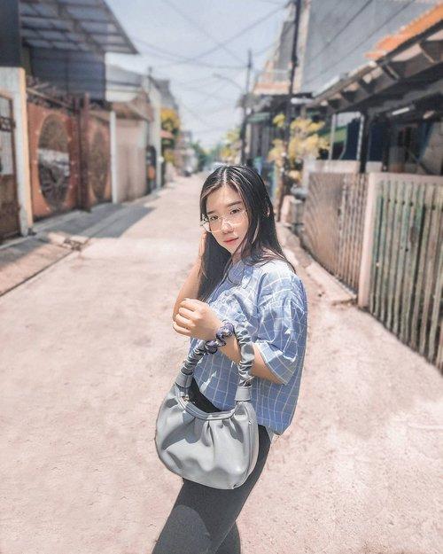 I got new cute bags from @sherla.bags ! Kebetulan terakhir pengen bgt model tas kayak gini, dan jelas, aku pilih yang warna biru. Jangan dihujat 😂 Model tasnya lucu dan bagus banget dipake buat jalan-jalan. Find yours at @sherla.bags ! . . . #endorsement #tas #taslucu #ootd #outfits #outfitoftheday #fashionstyle #beauty #beautyblogger #blogger #fashionblogger #lightroom #taskekinian #clozetteid
