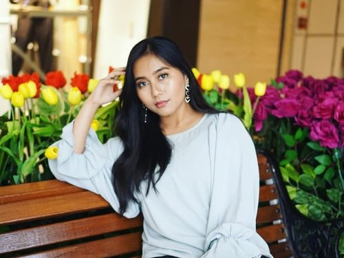And there will be someone that comes along one day and offers me an entire galaxy when i only expected a single planet. . . 📷 @arianirosidi  #playingwitharvi #BeautyBlogger #plazaindonesiamall #instragamable #jakartabeautyblogger #bloggerceria #clozetteid #beautyhauls #jakartahitz  #jakarta  #lily  #tulips  #roses  #undiscovered_muas #wakeupandmakeup #beautybloggerindonesia #indobeautygram #indobeautysquad #Bloggirlsid #JakartaBeautyBlogger #beautybloggerid #bloggermafia #setterspace #tampilcantik #lfl #flower  #plazaindonesia  #flowergarden