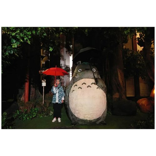 Bulan Maret menjadi bulan terakhir Ghibli mampir di Indonesia (re: rangkaian The World of Ghibli Jakarta berakhir 💔). Mulai dari screening film tiap bulannya, dari yang semula ada di banyak bioskop terus sekarang cuma di CGV, dari yang semula jadwal penayangannya seminggu, sampai akhirnya cuma 3 hari di akhir pekan. Ada juga fan art yang pengen banget gue ikutan tapi ndak bakat gambar..Dan yang paling berkesan adalah pameran Ghibli Agustus-September 2017 lalu yang sukses bikin penggemar Ghibli meleleh. Kenapa? Karena semua set di dalem pameran itu persis banget sama yang ada di film mereka. Seenggaknya bisa ngobatin kita yang belum sempet ke Mitaka :')..Well, sebagai penggemar berat Ghibli, aku makasih banget sama @theworldofghiblijkt yang udah atur sedemikian rupa untuk semua event ini. Akhirnya kubisa nonton film Ghibli di bioskop, ga cuma di laptop. Ah kusenang lah! ..PS.Sampai akhir Maret mau posting foto foto di Ghibli Exhibition ya! Jangan bosan! ❤#ceritazakia #tcb_supbabe #clozetteid #totoro #totoroishere #totoro_society #totorothetraveller #tonarinototoro #ghibli #ghibliaddict #ghiblijkt #ghiblinesia #exhibitionwoghibli #theworldofghiblijkt #vsco #vscocam #anaksenja #lookbooksenja