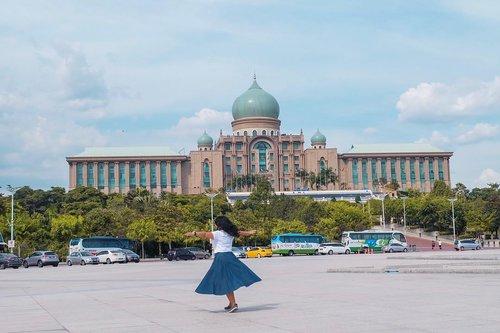 Tahu nggak siapa pemimpin tertua di dunia saat ini? Yes, Mahathir Mohamad yang usianya 93 tahun adalah PM tertua bahkan mengalahkan Ratu Elizabeth (yang gue pikir highlander saking lamanya memerintah dan panjang umur banget hehehe)..Anw, I visited the Malaysian Prime Minister office from a far on last #MYJuliesGetaway with @julies.ind. Ini bukan kali pertama saya mampir ke sini tapi selalu senang deh foto-foto di mari. Ohya gedung ini letaknya di Putrajaya, kota pemerintahan Malaysia yang letaknya kurang lebih 1 jam dari Kuala Lumpur. Selain kantor PM juga terdapat masjid berwarna merah jambu dan juga gedung-gedung lainnya. Pastinya nanti saya akan post juga. 😊😊.Kamu sudah pernah ke Putrajaya?