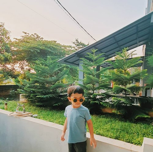 wear ur sunglasses and pose 😎.#kenzialkahfirakasiwi #KenziAlkahfi3yo#clozetteid