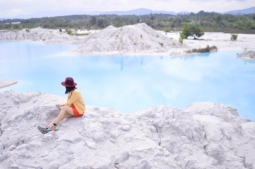 """Still can't get enough of this magnificent view. And finally get """"a little sit back and write"""" moment this morning to upload this Danau Kaolin's outfit set of photos! 😌 Please do check more on www.redowlicious.com 📝🤓 . . . Happy weekend! . . . . . #blogger #bloggerjogja #bloggerperempuan #nikon #nikonindonesia #nikontravel #danaukaolin #danaukaolinbangka #explorebangka #explorebangkabelitung #bangkabelitung #traveling #indonesia #wonderfulindonesia #beautifulIndonesia #exploreindonesia #enjoybabelisland #Clozette #ClozetteID"""