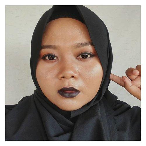 Makeup Collab @beautiesquad bekerja sama dengan @purbasari_indonesia @purbasarimakeupid dalam rangka anniversary yang ke-3, semakin jadi komunitas yang asyique buat saling belajar ✴️✴️✴️...Tema makeup collab-nya Villain, entah kenapa langsung kepikiran bikin makeup yang eyeliner tebal dan warna bibir yang gelap.  Mungkin karena mengenang masa dulu yang emang suka bikin eyeliner tebal ataupun lipstick yang gelap. Dapet gak sih kesan villain-nya? 🤔 Geser buat lihat villain themed makeup dari teman-teman juga. ...Mini review dan step by step ada di blog. Ada beberapa item yang mau aku buat full review lagi di blog, secepatnya, soalnya bagus bangeeet 😊-----#BeautiesquadxPurbasari #Beautiesquad #Purbasari #BeautiesquadReview #BersamaBS #BS3Tahun #clozetteid #indirads