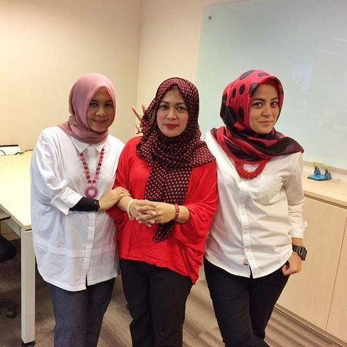 < our activity after lunch....putu2an 😜 > . . . #clozetteid #officemates #officefriends #officeday #officehour #ootd #ootdindo #dailyootd #like4like #photooftheday