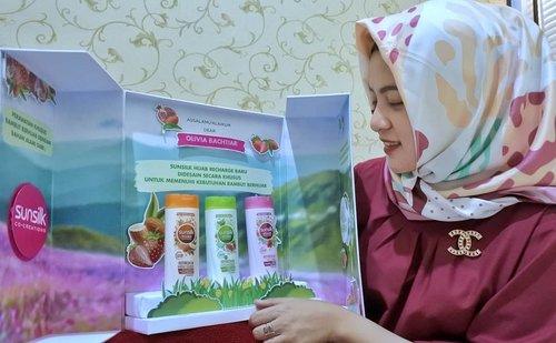"Sunsilk Hijab mengeluarkan 3 Varian baru untuk menjawab kebutuhan hijabers yang menginginkan kepala tetap Segar, bebas ketombe dan rambut rontok serta selalu bervolume alias tidak lepek walaupun seharian berhijab. Dan super exciting aku diberi kesempatan untuk mencoba Varian dari Sunsilk Hijab tersebut...kalian pun harus coba yaa girls, dan rasakan bedanya."" #SunsilkHijabSister #UncoverPossibilities#clozetteID"