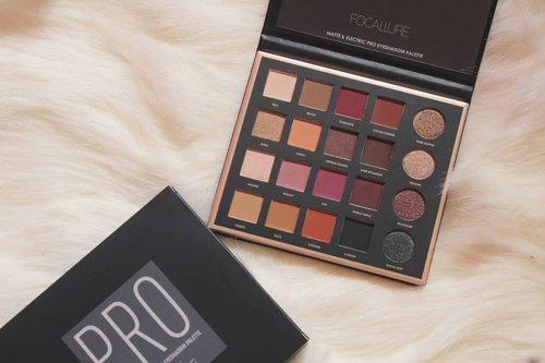 @focallure eyeshadow pro palette dengan 20 warna matte dan shimmery. Dapat eyeshadow ini di @tokopedia dengan harga 98rebuan! 😭  Swatch ada di blog rahmaediary.com  #focallure #eyeshadow #clozetteid