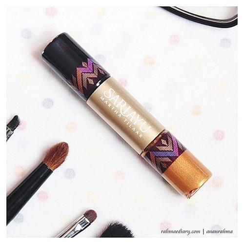 Coba liquid eyeshadow? why not? Eyeshadow cair gak secair air. Jangan khawatir tumpah. Memang tekstur basah, tapi pigmentasinya mantap. Thanks @yukcobain  untuk kesempatan mereview @sariayu_mt  liquid eyeshadow GL 04. . Review lengkap di rahmaediary.com (link di bio) :) #clozetteid #sariayu #sariayumarthatilaar  #belajarmakeup  #ltpro #makeupuntukhijab  #beautyblogger  #beauty  #shine #glam  #lady  #woman  #makeup #liquideyeshadow #indonesiabeautyblogger  #fdbeauty #indonesiafemalebloggers #bloggerperempuan #beautyreview