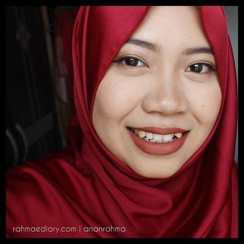 """Katanya sih kalau punya pipi tembem dan gigi gingsul itu bikin sesosok manusia terlihat manis ketika tersenyum. Buatku sih, """"mmmeh.. mitos"""". Justru itu yang membuatku Jarang banget senyum kelihatan gigi karena memang gak pede dengan gigi gingsul ini. Nah, kalo udah senyum begini apakah aku kelihatan manisnya? #clozetteid #selfie #selca #gingsul #bloggerindo #indobeautygram #indonesiangirl #instagood #instaselfie #selfietime #shamelessselefie #smile #instagood"""