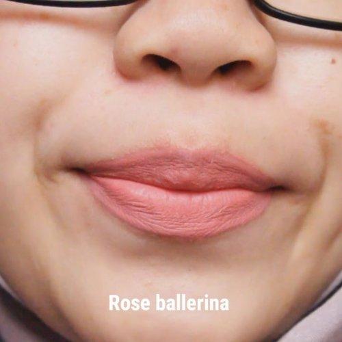 Rose Ballerina itu agak labil ya warnanya. Kalau kulit agak gelap, pasti kelihatan lebih orange. Kalau kulit lebih terang apalagi kena sinar banyak, baru kelihatan agak pink sama dengan warna kemasannya. . . Pokoknya tetap cinta Cherish Marmalade deh... 🤣  #clozetteid #makeup #swatch #lipswatch #wardahbeauty #wardahlipcream #wardahlipmousse