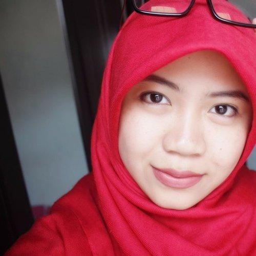 FULL FACE ALERT... HAHAHA. . . *abaikan kacamatanya* . . salah satu pose agar terlihat lebih tirus. #ClozetteID #selfie #morningpost #healthyskin #naturalmakeup #hijabi