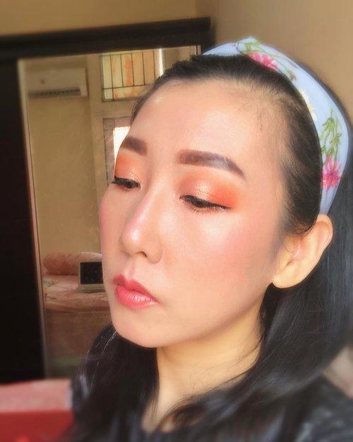 Suka banget dengan look ini .. Orange2 🥰🥰P.S : detail sudah di post sebelumnya #orangemakeup #makeuplook #beginnermakeup #makeupbeginner #bunnyneedsmakeup #beautyentusiast #makeuplook #clozetteid @clozetteid