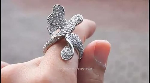 Dapet cincin lucu ini waktu jalan-jalan di mall.. Waktu di mall keliatan bling-bling banget. Setelah beberapa bulan, bling-bling nya hilang.. Biasa penyakitnya CZ.. Tapi masih suka banget sama modelnya.. 💍💍 #fashionjewelry #cz #czring #fashionring #clozetteid #butterfly #butterflyring #uniquering #uniquejewelry #diamondring #diamondgirl